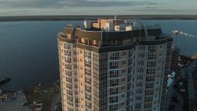 Cityscape Woon complex op de rivierbank Luchtlengte van een helikopter in zonsondergangtijd stock footage