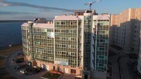 Cityscape Woon complex op de rivierbank Luchtlengte van een helikopter in zonsondergangtijd stock video