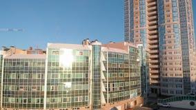 Cityscape Woon complex op de rivierbank Luchtlengte van een helikopter in zonsondergangtijd stock videobeelden