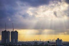 cityscape zonnestraal in Bangkok, Thailand royalty-vrije stock fotografie