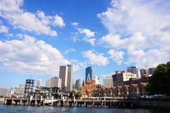 Cityscapebakgrund av den Sydney staden, Australien med blå himmel och royaltyfri foto