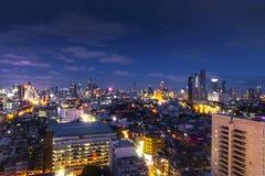 cityscapeBangkok horisont i skymningnattsikt, Thailand bankade royaltyfri bild