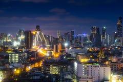 cityscapeBangkok horisont i skymningnattsikt, Thailand bankade royaltyfria foton