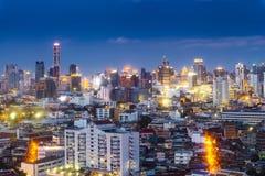 cityscapeBangkok horisont i skymningnattsikt, Thailand bankade royaltyfri foto