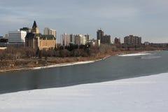 cityscapeflodsaskatchewan saskatoon vinter Arkivbild