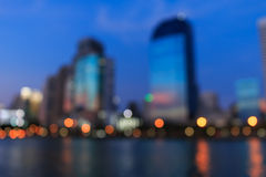 Cityscapeflodsikt på skymningtid, suddigt foto Royaltyfri Fotografi