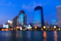 Cityscapeflodsikt på skymningtid, suddigt foto Royaltyfri Foto