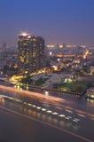 Cityscapeflodsikt på skymningtid Arkivbild