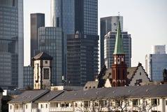 cityscapefrankfurt strömförsörjning arkivfoto