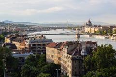 Cityscapelandskap av broar över den Donau floden i Budapest arkivbild