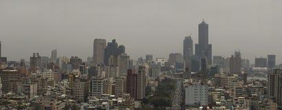 Cityscapen av den kaohsiung staden, Taiwan Med många byggnader och himmel 85 stå högt i fotoet Emellertid är vädret molnigt Arkivbilder