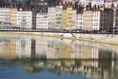 Cityscapen av gamla Lyon som sett från över Rhonet River Royaltyfri Bild