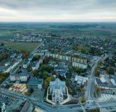 Cityscapen av Joniskis, Litauen under tidig höstmorgon royaltyfria foton