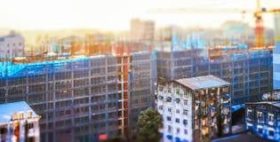 Cityscapepanoramasikt av byggnadskonstruktion på soluppgång Arkivfoton