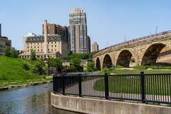 Cityscapeplatsen av i stadens centrum Minneapolis, som sedd från maler fördärvar parkerar Sikt av stenbågebron på solig vårdag royaltyfri bild