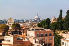 Cityscapesikt av centrala Rome som tas från St Peter Basilica Arkivfoto