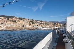 Cityscapesikt av Genua från övredäck av kryssningeyeliner Arkivbild