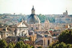Cityscapesikt av historiska byggnader i Rome, Italien Ljus da Royaltyfri Bild