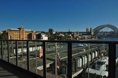 Cityscapesikt av Sydney med museet av samtida konstbyggnad och hamnbro arkivfoto