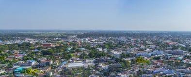 Cityscapesikt från överkanten av kullen eller berget royaltyfri fotografi