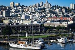 Cityscapesikt från pir 33 i San Francisco arkivfoto