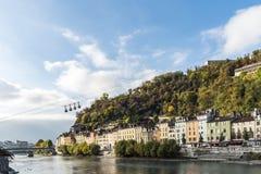 Cityscapesikt med floden och bron i Grenoble Royaltyfri Fotografi