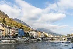 Cityscapesikt med floden och bron i Grenoble Arkivbild