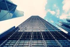 Cityscapesikt med moderna skyskrapor, sikt för låg vinkel av skyskrapor, Hong Kong Royaltyfri Bild