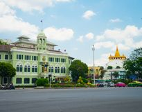 Cityscapesikten av Lilat för den `-Phan fa `, bilden visar fasadbyggnad av konungen Prajadhipok Museum och den guld- bergtemplet Arkivfoto