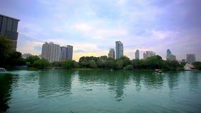 Cityscapesikten till och med den slingrande sjön parkerar in stock video