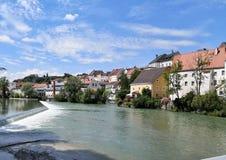 Cityscapesteyr vid floden arkivfoto