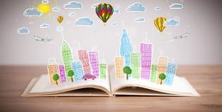 Cityscapeteckning på den öppna boken Royaltyfria Bilder