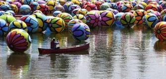 Citysccape von den Ballonen, die in Los Angeles Macarthur Park schwimmen Lizenzfreie Stockbilder