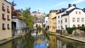 Cityscpae στο Λουξεμβούργο με τον ποταμό απόθεμα βίντεο