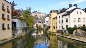 Cityscpae en Luxemburgo con el río almacen de video