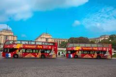 Citysightseeing公共汽车看法在巴黎,法国,在与天空蔚蓝的一好日子 库存图片