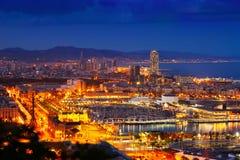 Cityspace för port Vell och Barcelona i natt Arkivfoton