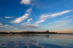 Cityview με τα σύννεφα και τον ποταμό Στοκ φωτογραφία με δικαίωμα ελεύθερης χρήσης