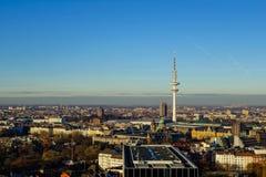 Cityview панорамы Гамбурга на голубом небе стоковое изображение rf
