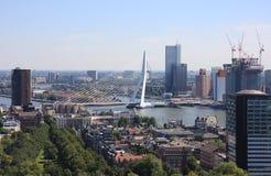 Cityview av Rotterdam och Erasmusbrug, Holland Royaltyfri Bild