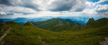 Ciucas山、罗马尼亚、一个晴朗的夏日、蓝天和美丽的云彩全景  免版税库存照片