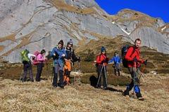 迁徙在Ciucas山的小组游人,罗马尼亚 免版税库存照片