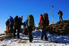 到达Ciucas的游人在Ciucas山,罗马尼亚锐化 库存图片