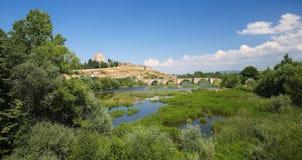 Ciudad罗德里戈-卡斯提尔和Agueda河的亨利二世城堡  免版税图库摄影