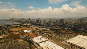 Ciudad aérea con los rascacielos y los edificios Filipinas, Manila, Makati metrajes