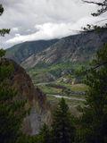 Ciudad agrícola Himalayan vista de un bosque del pino Foto de archivo libre de regalías
