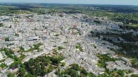 Ciudad Alberobello Apulia de Trulli en vuelo del abejón 4k de Italia almacen de video