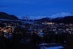 Ciudad alpina de la noche Imagen de archivo libre de regalías