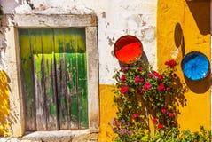 Ciudad amarilla blanca Obidos Portugal de Mediieval de la puerta del verde de la pared Foto de archivo