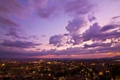 Ciudad anónima en la puesta del sol imágenes de archivo libres de regalías